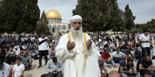 Des musulmans prient sur l'esplanade des Mosquées le 23 2015 à Jérusalem