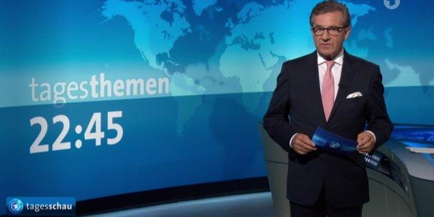 """Sprecher Jan Hofer zeigt in der """"Tagesschau"""" vollen Körpereinsatz"""