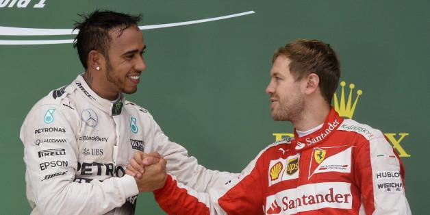 Lewis Hamilton reicht Sebastian Vettel die Hand auf dem Siegerpodest