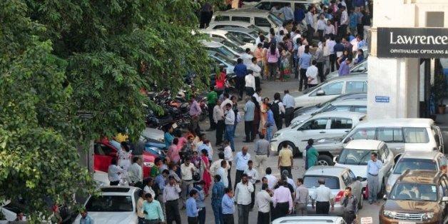 Des personnes attendent dans la rue, après des secousses sismiques ressenties à New Delhi, le 26 octobre 2015 en Inde
