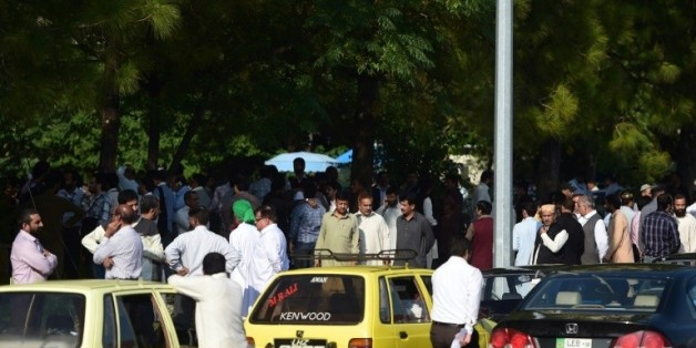 Des personnes attendent dans la rue après des secousses sismiques importantes, le 26 octobre 2015 à Islamabad, au Pakistan