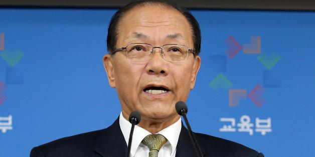 황우여 사회부총리 겸 교육부장관이 27일 오후 정부서울청사에서 한국사 교과서 국정화와 관련해 브리핑하고 있다.