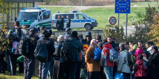 Flüchtlinge warten am 27.10.2015 an der Grenze in Österreich kurz vor Wegscheid (Bayern)