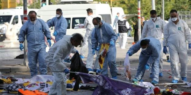 Des membres de la police scientifique recueillent des indices après un attentat suicide devant la gare d'Ankara, le 10 octobre 2015 en Turquie