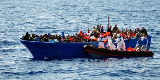 Des migrants sur une embarcation de fortune