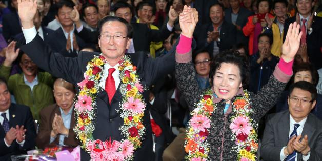 28일 열린 재보선 선거에서 경남 고성 군수로 당선된 새누리당 최평호 후보가 선거사무실에서 부인 이화순씨와 환호하고 있다.