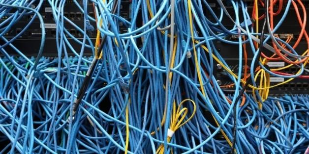 Des câbles dans une salle de serveurs informatiques