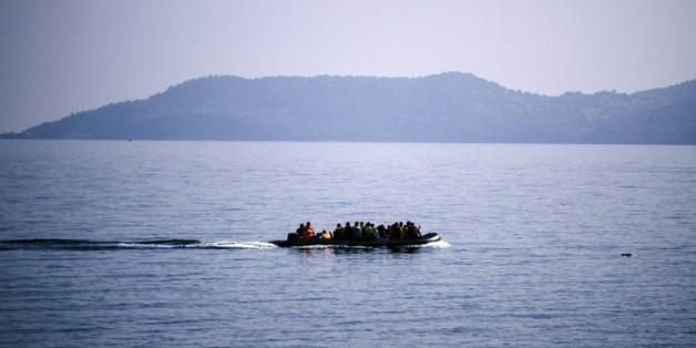 Des migrants sur un bateau près de l'île grecque de Lesbos le 19 octobre 2015