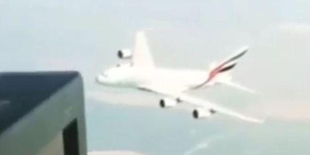 Helikopterpassagiere sind geschockt: A380 rast auf sie zu