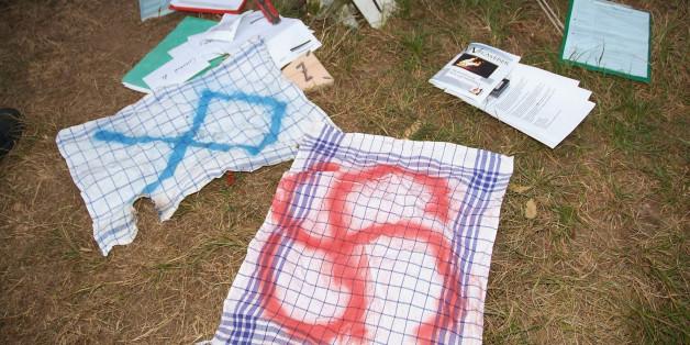 """Diese Fundstücke stellte die Polizei 2007 bei der Räumung eines Zeltlagers der """"Heimattreuen Deutschen Jugend"""" in Rostock sicher."""