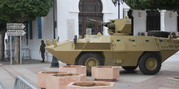 Las tanquetas del Ejército guardaban la Qasba, donde poco antes había tenido lugar una acampada popular que logró la caída del primer gobierno de transición tras Ben Ali. Posteriormente tuvo lugar una segunda acampada en esta plaza, sede de varios ministerios.