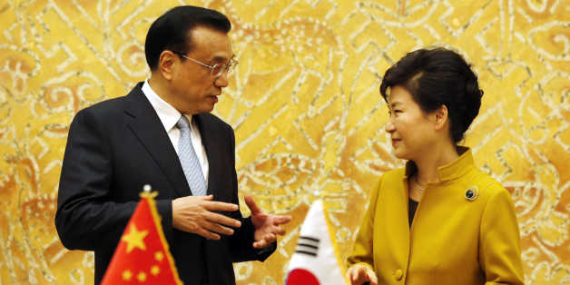 South Korean President Park Geun-Hye, right, talks with Chinese Premier Li Keqiang during a signing agreement following their meeting at the presidential Blue House in Seoul, South Korea, Saturday, Oct. 31, 2015. South Korean President Park Geun-hye and Chinese Premier Li Keqiang discussed trade issues Saturday, meeting one-on-one a day before their three-way summit with Japanese Prime Minister Shinzo Abe that aims to repair relations strained by historical and territorial matters. (AP Photo/Lee
