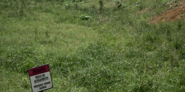 """La pancarte """"risque de noyade"""" à l'entrée de l'un des barrages qui approvisionne Rio de Janeiro à Xerem, au Brésil, le 30 octobre 2015"""