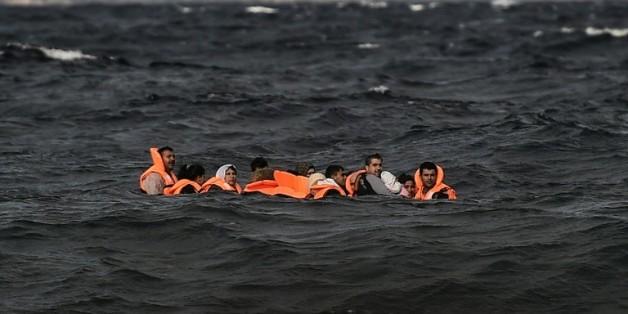 Des migrants arrivent sur l'île grecque de Lesbos, le 31 octobre 2015, après avoir traversé la mer Egé