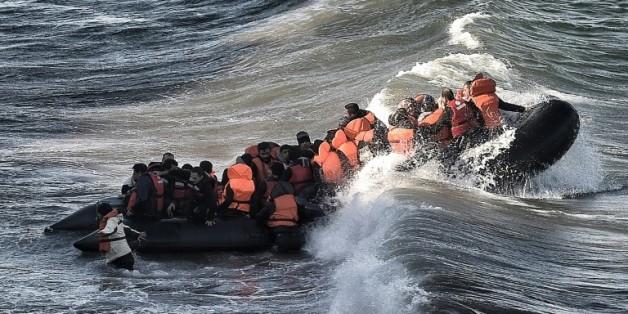 Des migrants à leur arrivée à bord d'un canot pneumatique, le 31 octobre 2015 sur l'île de Lesbos en Grèce