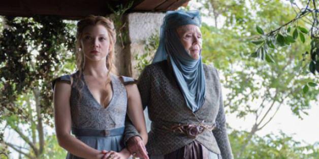 Olenna Tyrell (Diana Rigg, rechts) will ihre Enkelin Margaery (Natalie Dormer) beschützen