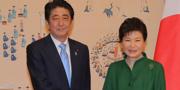박근혜 대통령과 아베 신조 일본 총리가 2일 청와대에서 정상회담 전 기념촬영을 하고 있다.
