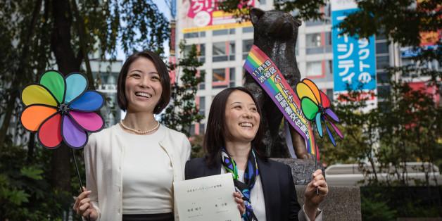 도쿄 시부야구에서 처음으로 동성 파트너 인증서를 발급받은 히가시 고유키(왼쪽)와 마스하라 히로코(오른쪽) 커플