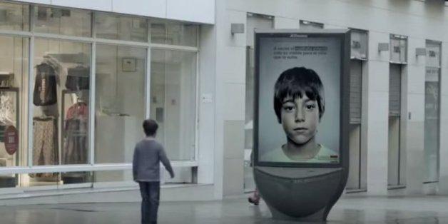 Kind vor Werbetafel