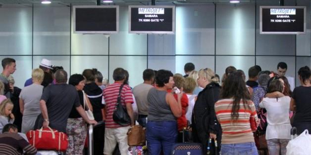 Des touristes attendent à l'aéroport de Charm el-Cheikh le 6 novembre 2015