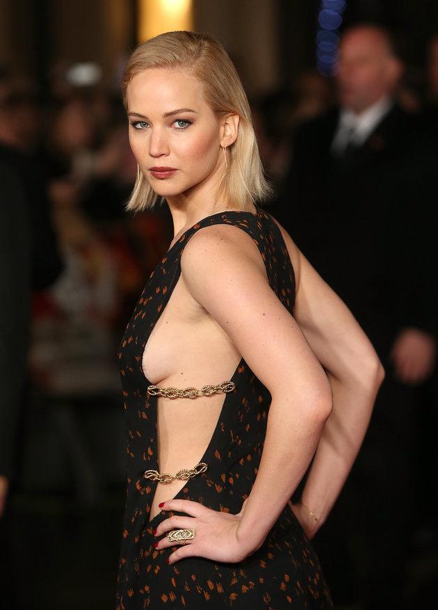 美しいスリットドレスのジェニファー・ローレンス