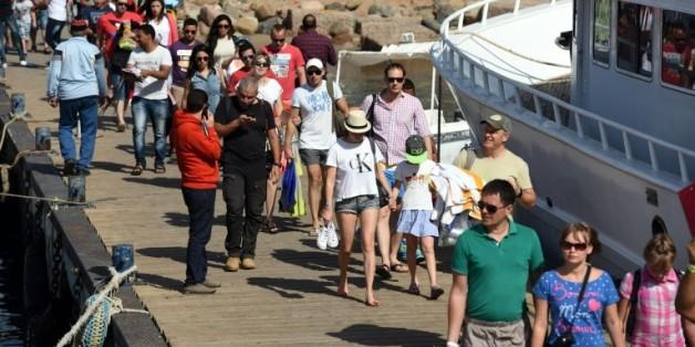 Des touristes se préparent à embarquer sur un bateau à Charm el-Cheikh le 7 novembre 2014