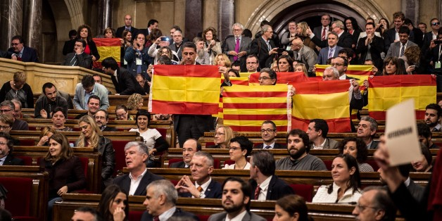 BARCELONA, SPAIN - NOVEMBER 09:  Partido Popular de Catalunya (Popular Party of Catalonia) members of Catalan parliament hold Spanish flags at the end of the parliamentary session on November 9, 2015 in Barcelona, Spain. The Catalan parliament voted and passed a motion declaring the start of secession process of Spain with 72 votes in favor and 63 votes against from unionists.  (Photo by David Ramos/Getty Images)