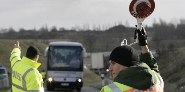 Polizeibeamte stoppen einen Bus am Donnerstag, 6. Februar 2008, bei Dresden. Beamte der Landespolizei, der Bundespolizei und des Zoll ueberpruefen am Donnerstag Fahrzeuge auf der Bundesautobahn A 17. Seit der Erweiterung des Schengen-Raumes am 21. Dezember 2007 und dem damit verbundenen Wegfall der Grenzkontrollen arbeiten die Beamten vor allem mobil in einem Umkreis von 30 Kilometer bis zur Staatsgrenze. (AP Photo/Matthias Rietschel)    Police officers stop a bus on the motorway A 17 near Dresd