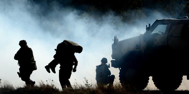 Bundeswehrsoldaten üben am 10.10.2014 in Bergen (Niedersachsen) während der Informationslehrübung «Landoperationen» die Bergung eines Verletzten.