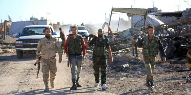 Des soldats gouvernementaux syriens près de la base militaire de Kweyris, dans la province d'Alep, le 10 novembre 2015