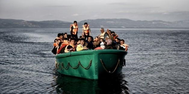 Une embarcation de migrants arrive sur l'île de Lesbos en Grèce, le 10 novembre 2015