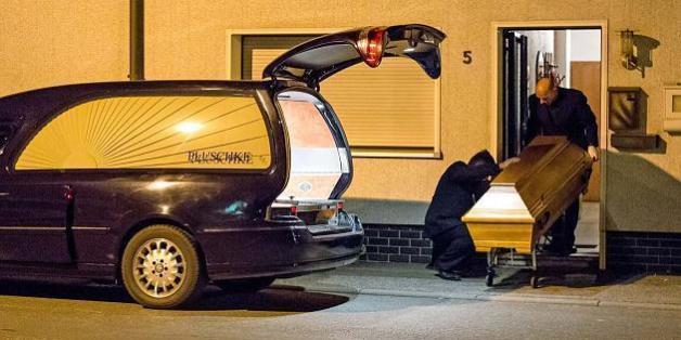 Wagen eines Bestattungsunternehmens vor dem Anwesen in Wallenfels: Hier entdeckte die Polizei die sterblichen Überreste