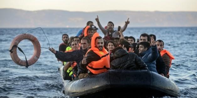 Des migrants arrivent sur l'île grecque de Lesbos en provenance de Turquie le 12 novembre 2015