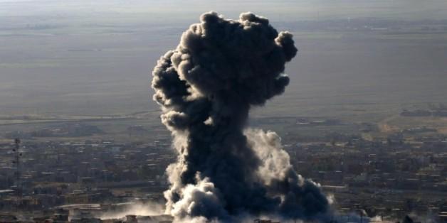 Colonne de fumée le 12 novembre 2015 sur la ville de Sinjar dans le nord de l'Irak que les forces kurdes irakiennes veulent reprendre au groupe Etat islamique (EI)