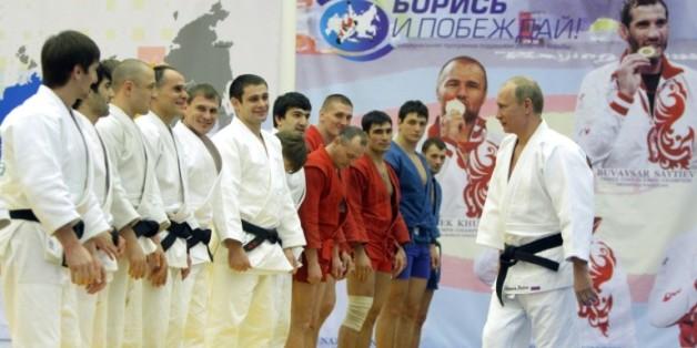 Vladimir Poutine échange avec un groupe de judokas à l'issue d'une séance d'entraînement, le 2 décembre 2010 à St-Pétersbourg