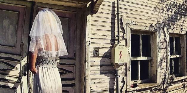 The Travelling Bride fotografiert sich jeden Tag im Brautkleid. Warum sie das macht? Herzzerreissend