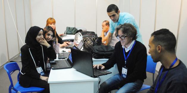 Certains étudiants de l'école de journalisme d'Alger ayant participé au blog avec leur formateur Pierre Boucaud.
