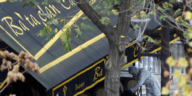 Un enquêteur travaille à l'extérieur du Bataclan, le samedi 14 novembre à Paris.
