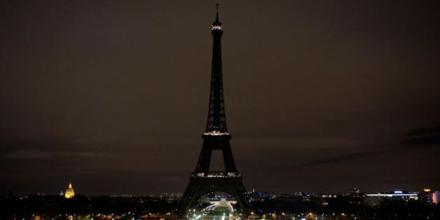 La Tour Eiffel est éteinte en signe de solidarité avec les victimes des attentats à Paris le 14 novembre 2015