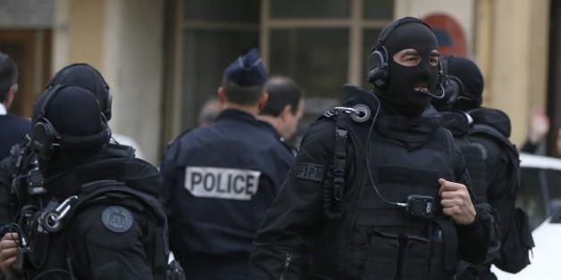 Série de perquisitions anti-terroristes à Bobigny, Toulouse et Grenoble (photo: des policiers du Raid à Nice en avril)