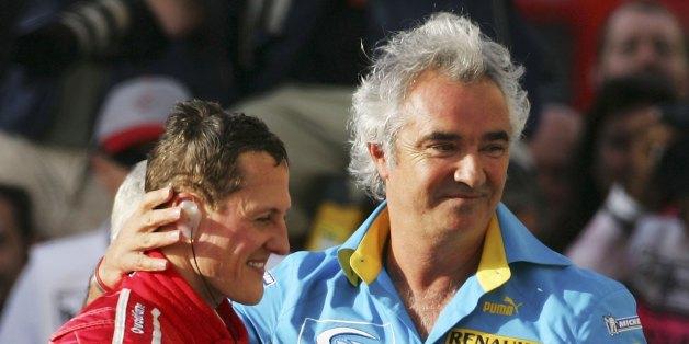 Diese Aufnahme entstand beim großen Preis von Bahrain im März 2006: Obwohl Briatore und Schumacher für verschiedene Teams kämpfen, gratuliert der Ex-Boss seinem Schützling