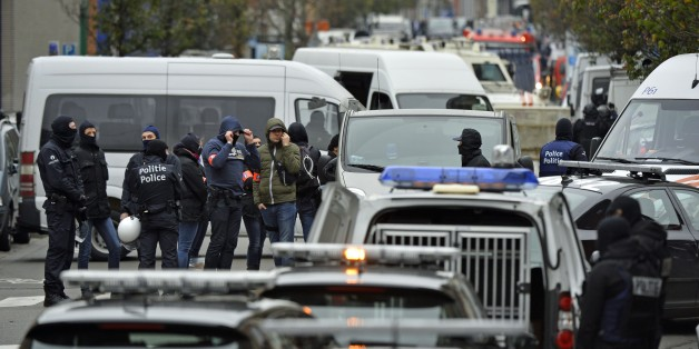 Police officers man a cordon as an operation takes place in the Molenbeek district of Brussels on November 16, 2015. Belgian police launched a major new operation in the Brussels district of Molenbeek, where several suspects in the Paris attacks had previously lived, AFP journalists said. Armed police stood in front of a police van blocking a street in the run-down area of the capital while Belgian media said officers had surrounded a house. Belgian prosecutors had no immediate comment..  AFP PH