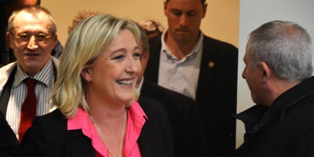 Marine Le Pen était le jeudi 5 avril à Sciences Po à l'occasion de la journée présidentiELLE. Un comité d'accueil l'attendait de pied ferme.