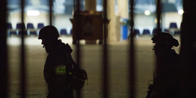 Polizisten vor dem abgesperrten Stadion in Hannover