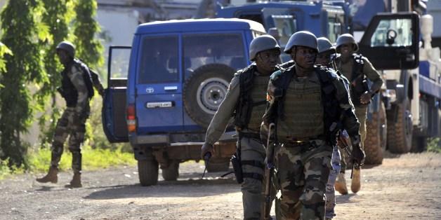 Truppen gehen nahe des Hotels in Bamako in Position.