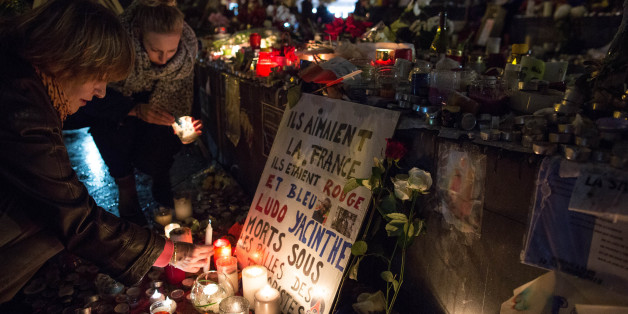 """Nach den Anschlägen von Paris trauert die Stadt - und liest """"Paris - ein Fest fürs Leben""""."""