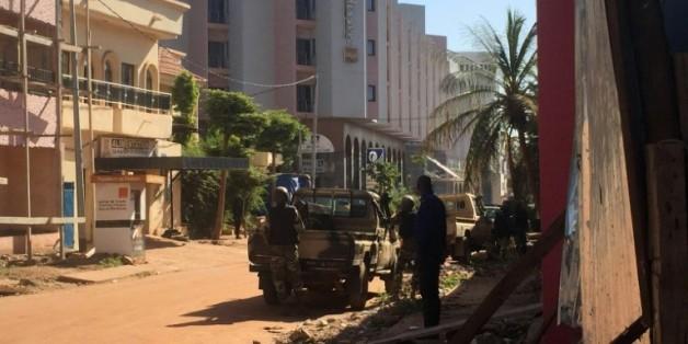 Des soldats maliens en position devant l'hôtel Radisson Blu où 170 personnes sont prises en otages par deux assaillants, le 20 novembre 2015 à Bamako, au Mali