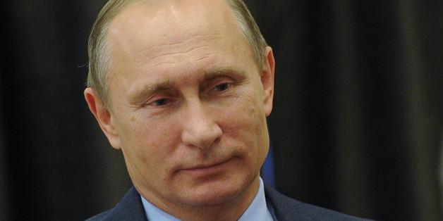 Wladimir im Jahr 2008 inspiziert einen Tiger, den er kurz zuvor mit einem Betäubungsgewehr getroffen hatte. Foto: Getty.