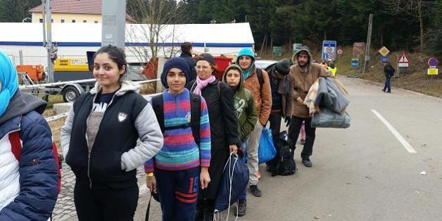 FOCUS Online begleitete eine syrische Familie die ersten 24 Stunden auf ihrem Weg in Deutschland. Hier wartet sie noch auf der österreichischen Seite am Grenzübergang Passau-Wegscheid.