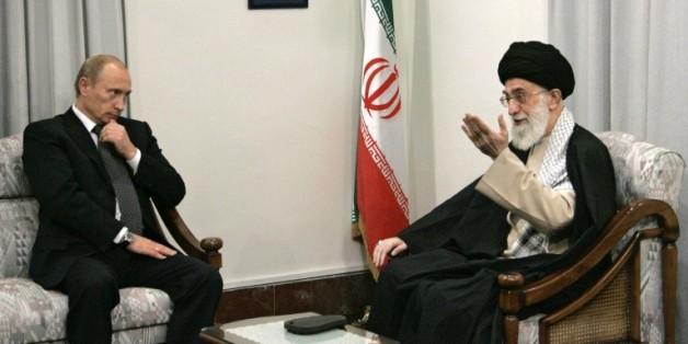 Le président russe Vladimir Poutine (g) et le guide suprême Ali Khamenei, la plus haute autorité politique et religieuse d'Iran, également chef suprême des armées, lors de leur précédente rencontre, le 17 octobre 2007 à Téhéran